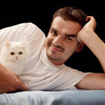 мужчина с белым котенком