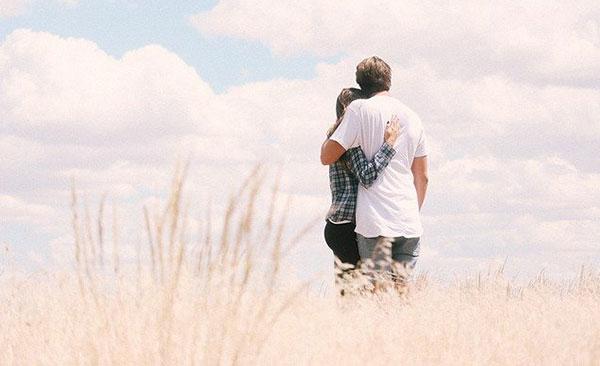 парень и девушка в поле