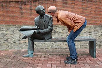 Мужчина и скульптура